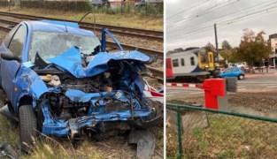 Dit is het moment waarop stilgevallen auto wordt gegrepen door aanstormende trein