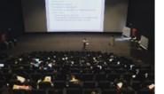 Studenten volgen les in Kinepolis