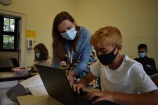 """School investeert 50.000 euro in laptops dankzij corona: """"Binnen drie jaar volgen al onze leerlingen les met de laptop"""""""