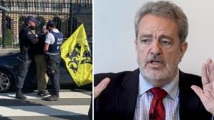 Gerolf Annemans (Vlaams Belang) opgepakt tijdens protestactie in de Wetstraat