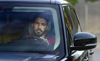 Vertrek met een gebroken hart: Luis Suarez in tranen wanneer hij complex van FC Barcelona voor de laatste keer verlaat