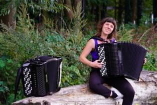 """Accordeoniste Sara (35) stelt soloalbum voor: """"Dit instrument kan zowel volksmuziek als Bach aan"""""""