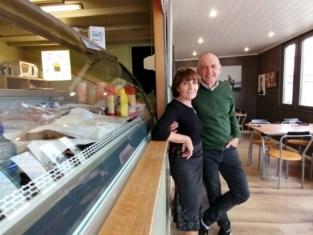 """Na 30 jaar nemen Christian en Marie-Christine afscheid van hun frituur 't Frietkotje: """"Zo lang er gas in de bijna lege gastank zit, blijf ik bakken"""" <BR />"""