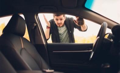 Je autosleutels in de auto laten liggen die nu gesloten is? Geen nood, met dit trucje krijg je ze er zo weer uit