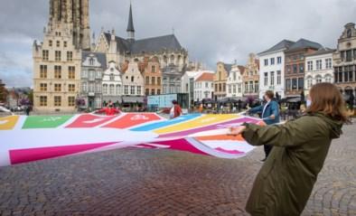 Vlag krijgt tweede leven in draagtassen, regenvesten of pennenzakken