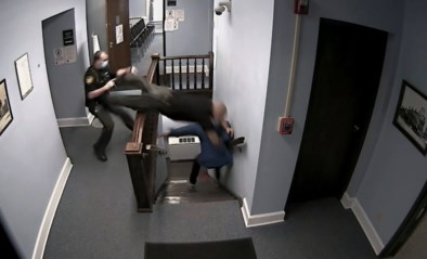Man wordt veroordeeld tot celstraf, maar wrikt zich los en ontsnapt uit gerechtsgebouw
