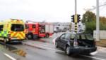 Vrachtwagen rijdt in op voorligger: vrouw zwaargewond