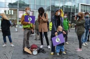 Tachtigtal manifestanten voert actie voor beter klimaat op Muntplein