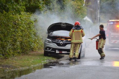 Motorkap van auto vat vuur