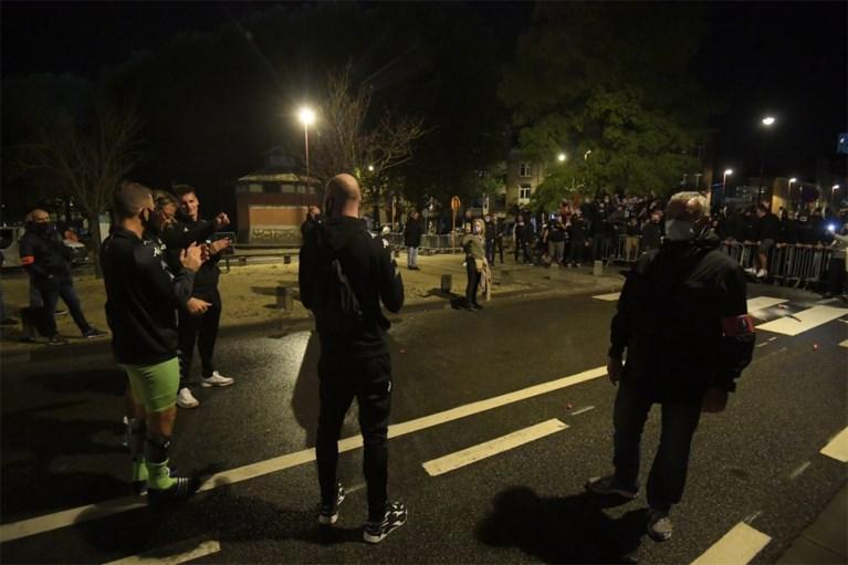 Corona? Supporters van Charleroi troepen samen om Europese zege te vieren… en bondsvoorzitter Mehdi Bayat doet mee