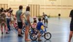 Kinderen fietsen trots zonder steunwieltjes