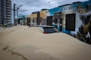 Kusttram en auto's bedolven onder het zand door storm Odette