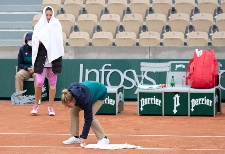 Snertweer op eerste dag Roland Garros: Mertens glijdt uit, Azarenka stapt woedend van het veld