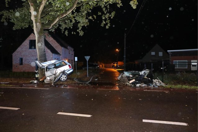 Twee wagens botsen in bocht tegen elkaar, een van de bestuurders overleeft klap niet