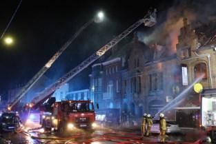 Telecomwinkel en woning vernield door uitslaande brand