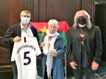 Supportersclub Flemish Spurs koopt gesigneerd truitje van Jan Vertonghen voor goed doel