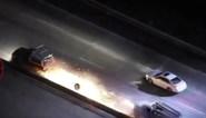 Spectaculair: wagen vat vuur tijdens politieachtervolging op autosnelweg