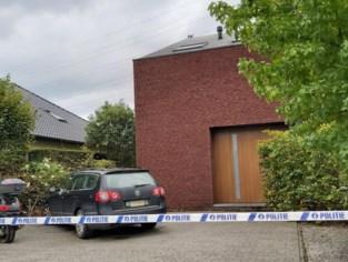 Alleenstaande man met levensbedreigende verwondingen aangetroffen in huis