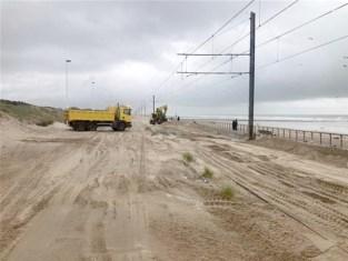 Storm Odette is weg, het zand nog niet: kusttram staat nog vast, auto's moeten worden getakeld