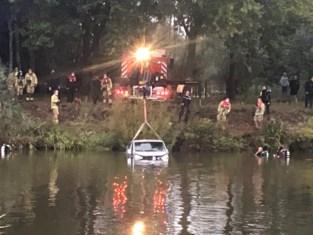 Vrouw belandt met wagen in kanaal, maar redt zich met hulp van passant