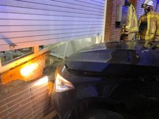 Dronken chauffeur ramt gevel, kinderen in auto ongedeerd
