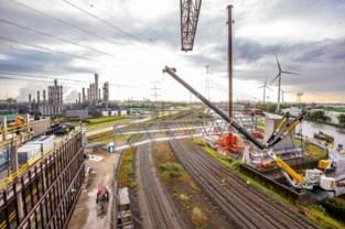 Voetgangersbrug van 65 meter voor werknemers van terminaluitbater DP World in Waaslandhaven