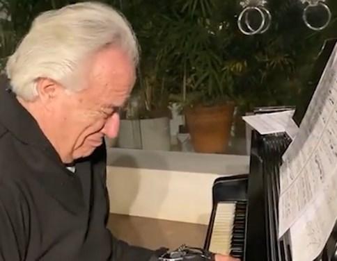 Zieke toppianist kan na 20 jaar opnieuw spelen dankzij speciale handschoenen
