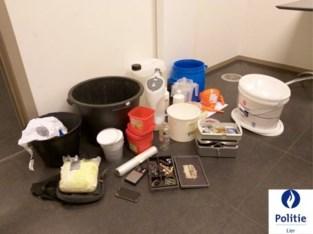 Man die chemisch product vervoert leidt politie naar drugslabo in garage: straffen tot vier jaar geëist