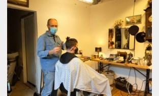 """Acteur, scenarist, presentator en coach wordt nu ook barbier: """"Door corona moet ik me blijven heruitvinden"""""""