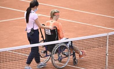 """Nederlandse Kiki Bertens verlaat terrein in rolstoel na zege op Roland Garros, tegenstandster is woedend: """"Ze speelde spelletjes met mij"""""""