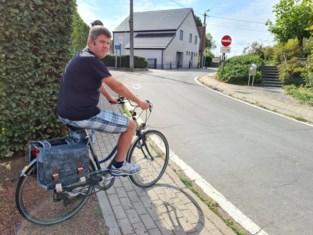 """Kevin smeekt om veiligheidsmaatregelen voor fietsers in de schoolomgeving: """"Het lijkt hier wel een circuit, enkel de strobalen ontbreken nog"""""""