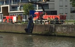 Brandweer haalt wagen uit de Nieuwevaart, maar de reden waarom is verrassend