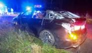 Auto belandt in gracht en katapulteert er weer uit