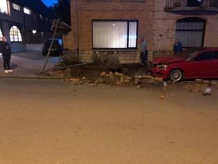 Veel schade nadat man met bestelwagen over de kop gaat