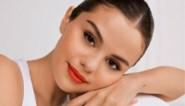 Selena Gomez toont haar litteken in badpak