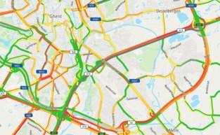 """Twaalf kilometer file op E17 na twee kop-staartaanrijdingen: """"Vermijd viaduct Gentbrugge"""""""