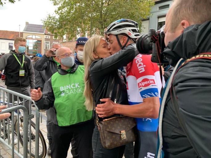 Wat een nummer! Mathieu van der Poel soleert vijftig kilometer, wint slotrit én eindzege in BinckBankTour