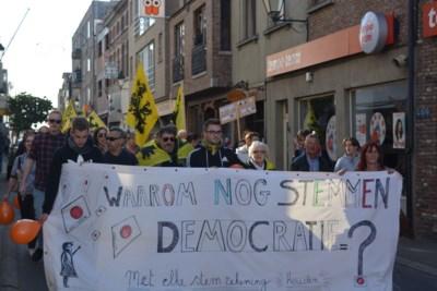 """Vlaams Belang vraagt Open VLD-ers partijkaart in te leveren: """"Na de lokale verkiezingen demonstreerden ze nog mee tegen een anti-rechtse coalitie en nu is het plots oké?"""""""