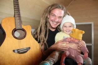 """Jaar na overlijden zoontje Foss verwelkomt jeugdwerker Wannes dochter Pippa : """"Dit is instant geluk"""""""