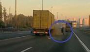 Man checkt defecte wagen in het midden van autosnelweg... tot er een vrachtwagen komt aangereden