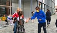 Bashir Abdi verrast kinderen op school: ze lopen samen rondjes voor de Pierkesloop
