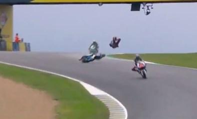 Motorrijder Luca Marini komt spectaculair ten val in Le Mans (maar staat recht alsof er niets aan de hand is)