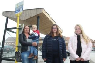 """Schoolkinderen uit bus gezet langs drukke weg na overlast van andere passagiers: """"Gelukkig kwam oma mij halen"""""""