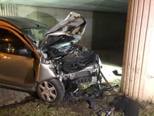 Auto knalt tegen brug