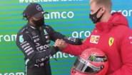 Mooi en symbolisch eerbetoon: Mick Schumacher overhandigt helm van zijn vader aan Lewis Hamilton