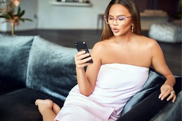 Chrissy Teigen keert terug naar sociale media na miskraam
