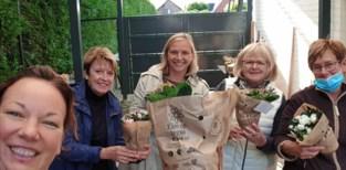 Kanjers van Vrouwen delen azalea's uit