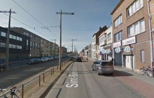 Politie verzegelt garage in Hoboken die niet in orde is met vergunningen