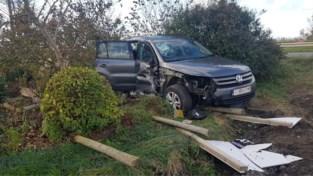 Wagen rijdt tegen gevel en belandt in tuin