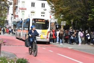 Roekeloze automobilisten en slechte fietspaden doen leerlingen fiets massaal inruilen voor openbaar vervoer ondanks 'vele vertragingen en overvolle bussen'